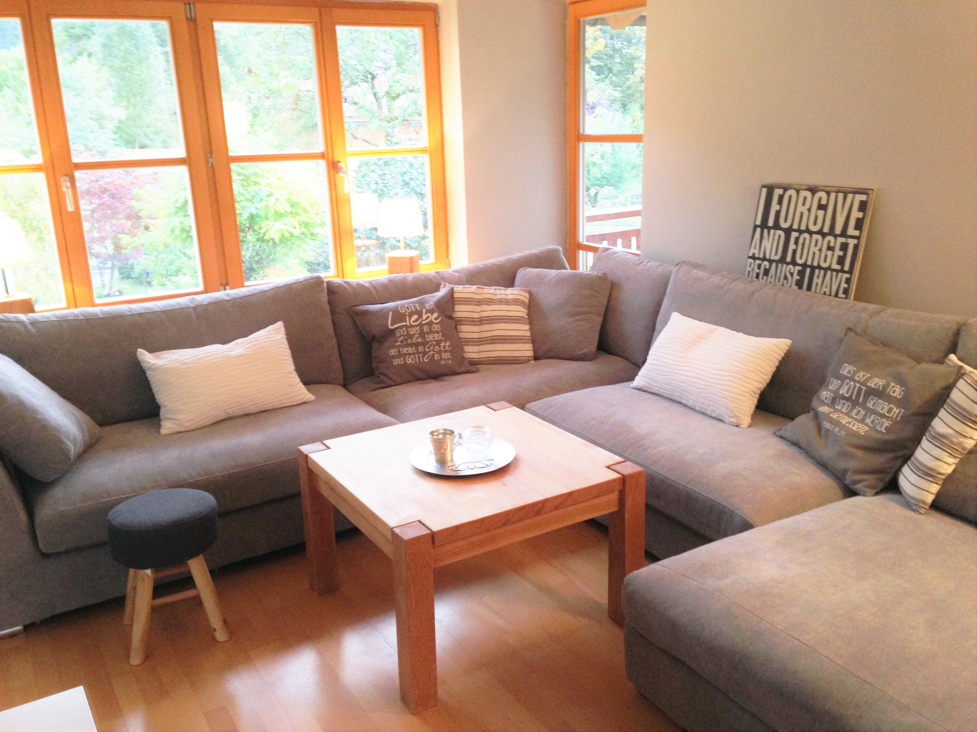graue Couch mit Holzfenster #couch #grey #wood #window # ...