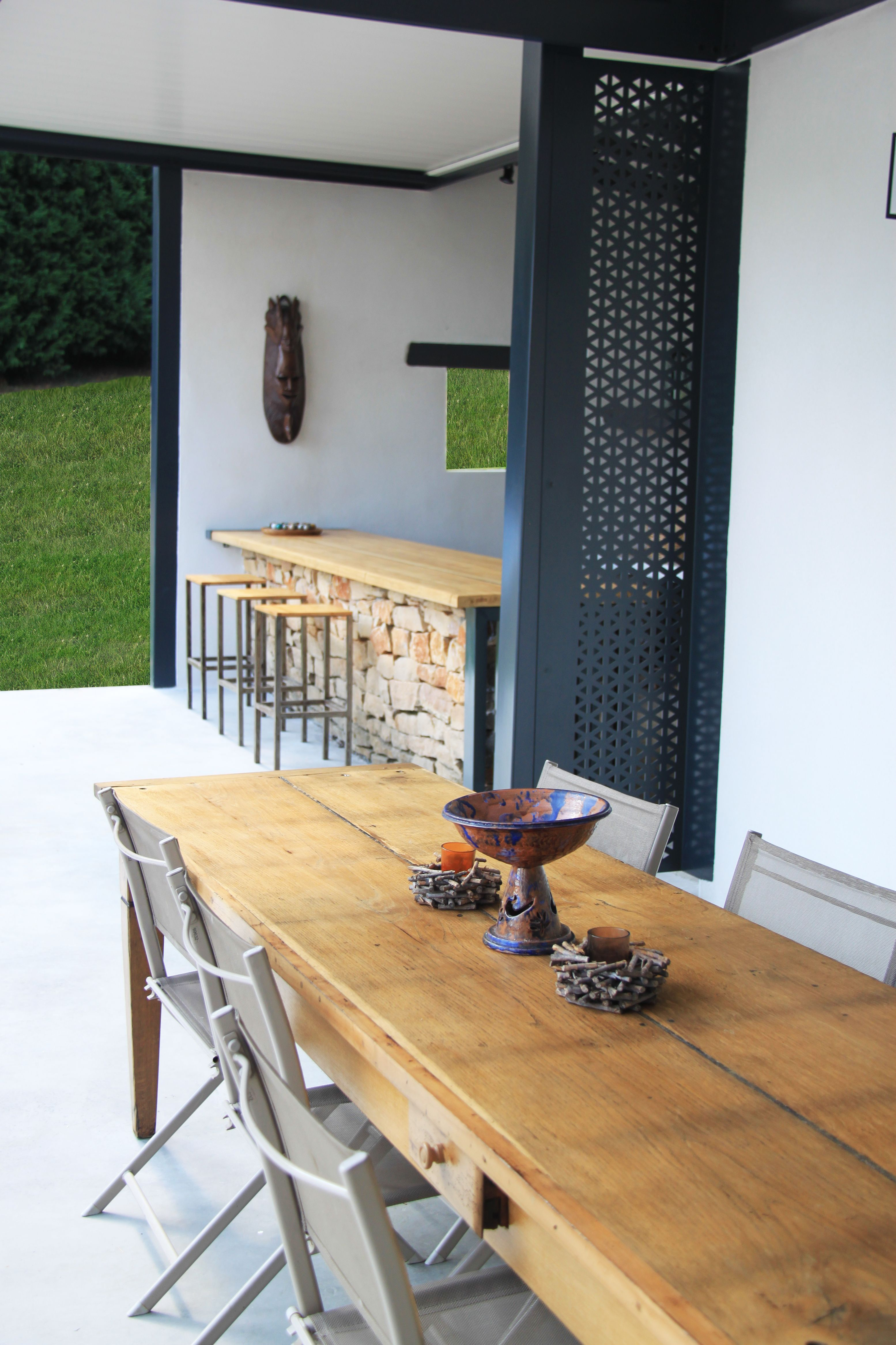 table en bois sur sol en b ton cir avec s paration gris. Black Bedroom Furniture Sets. Home Design Ideas