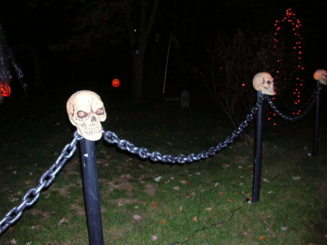 Lighted Skull Chain Fence dscn5231