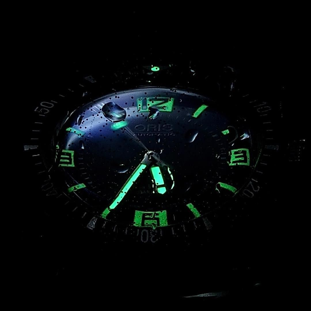 An amazing lume shot of the Oris Divers Sixty-Five.. by Nicolas CHAFFANEL #watchoftheday #oriswatch #lifestyle #instawatch #automaticwatch #wristporn #watchnerd #watchporn #watchgeek #oriswatches #watchesofinstagram #mechanicalwatch #wristwatch #watchcollector #watch #dailywatch