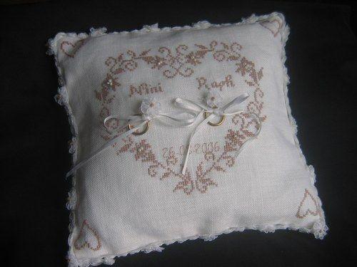 pele mele les petits points de croix petit coussin pour alliances coussin de mariage. Black Bedroom Furniture Sets. Home Design Ideas