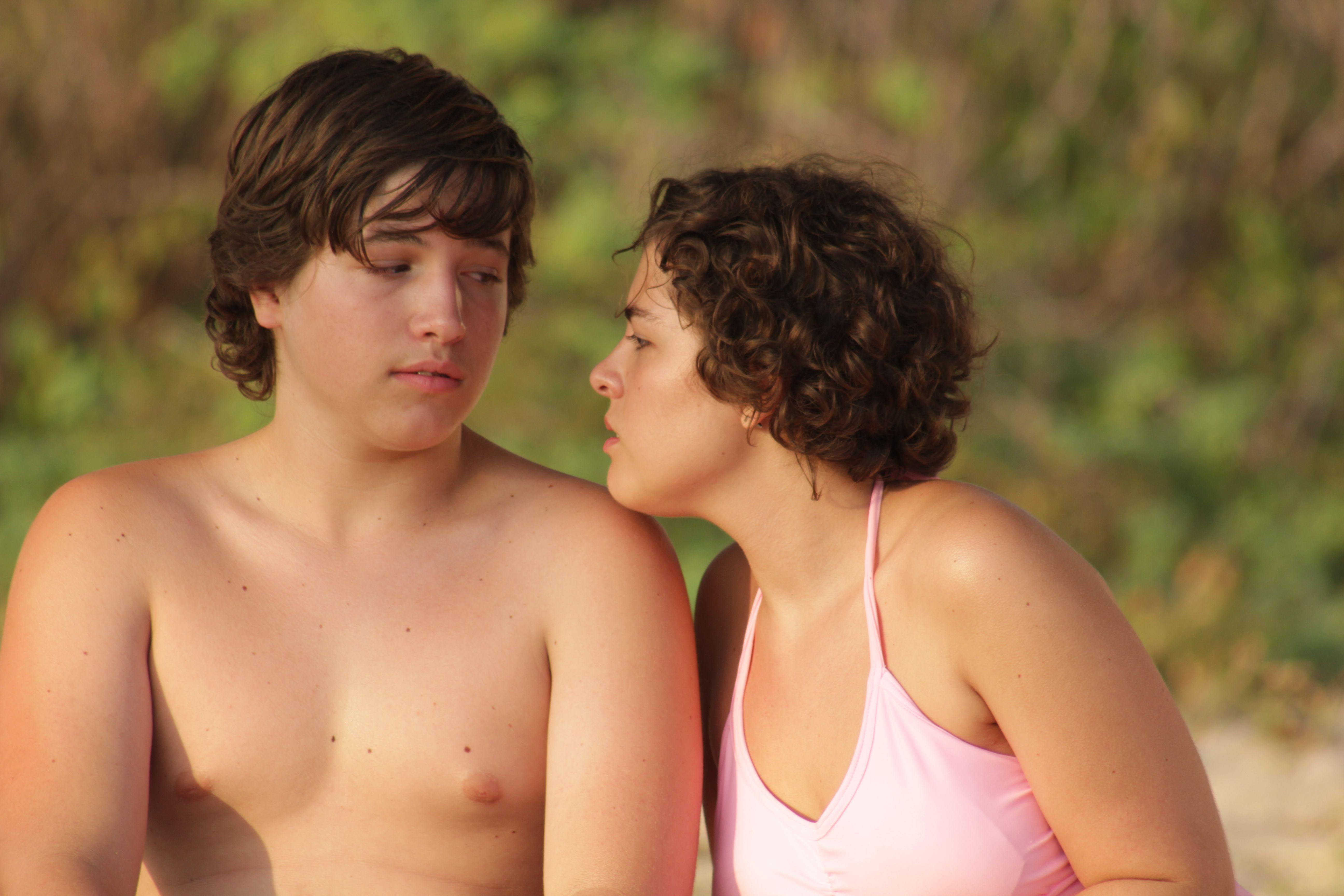 Divertida, íntima, agradable y muy real es la historia que plasma Fernando Eimbcke, que ya lo conocemos por su visión de la adolescencia en Temporada de patos.