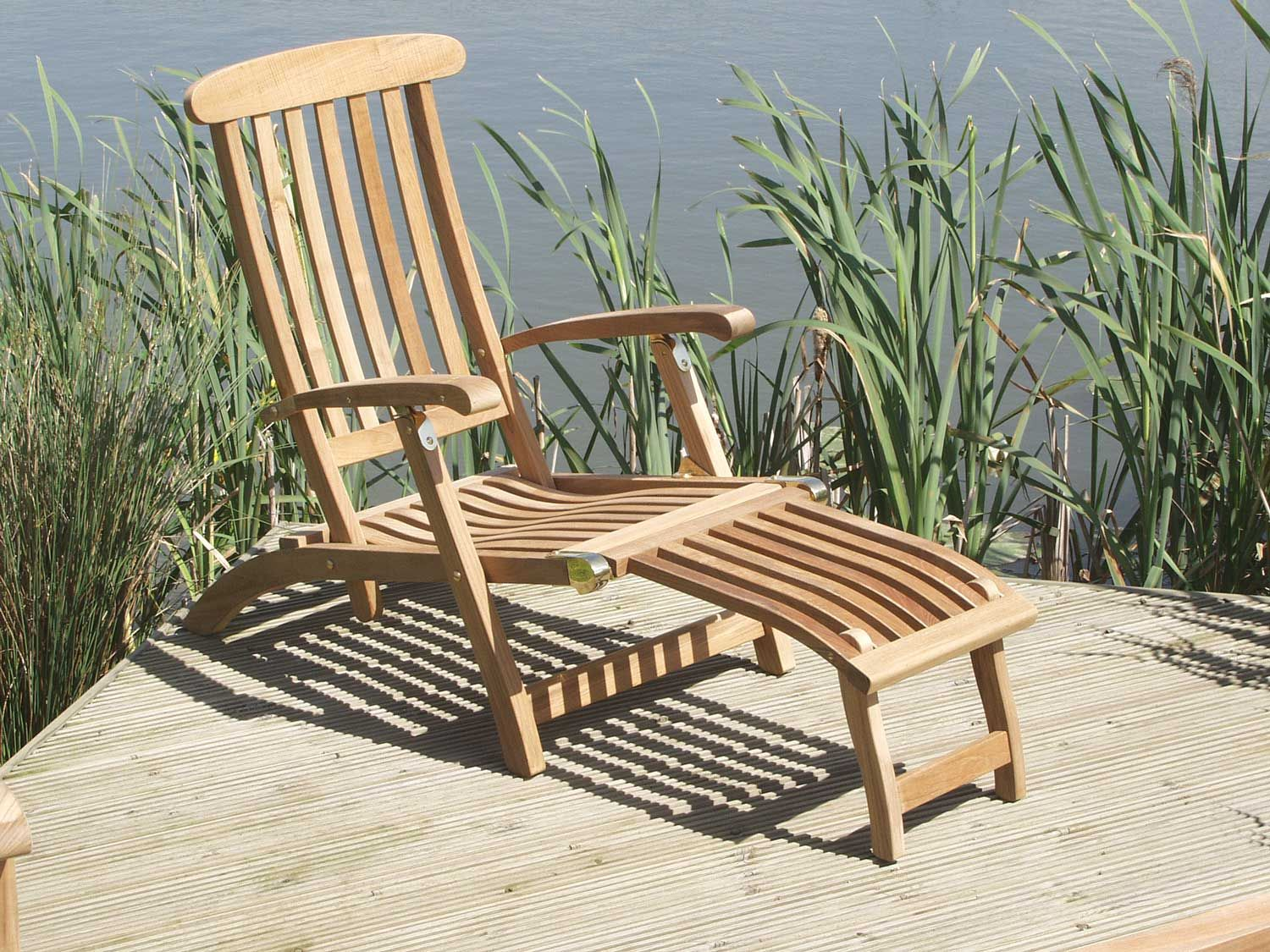The superbly designed Commodore Chair uses marine quality
