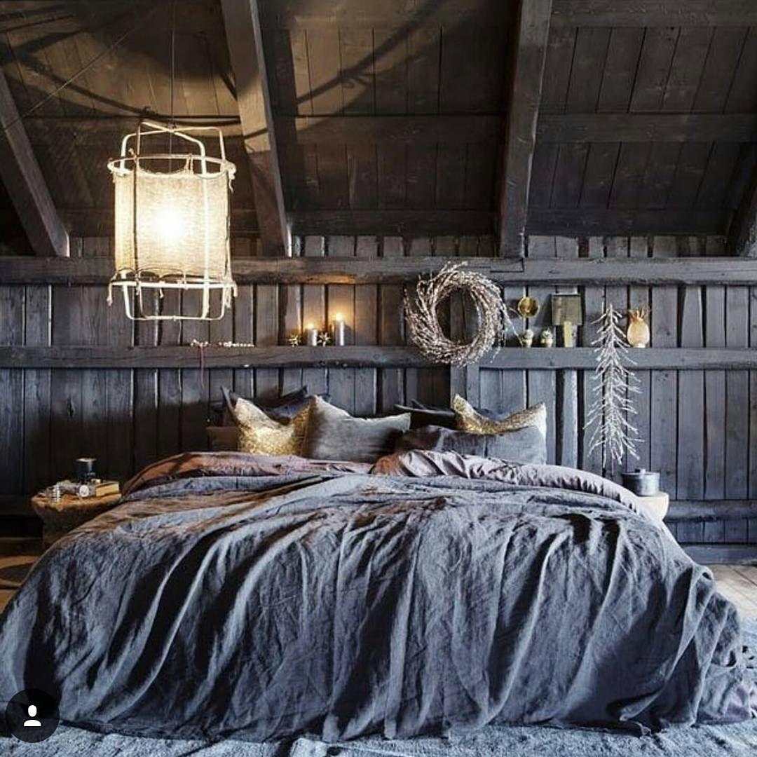 Une chambre rustique en bois mansardée à l'esprit grange
