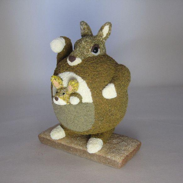 カンガルーの親子はいいことが訪れるよう願いながらお腹いっぱいになるまで手招きをしております。石粉粘土等で型を形成したのち作品の質感を表現するため周りをパウダー...|ハンドメイド、手作り、手仕事品の通販・販売・購入ならCreema。