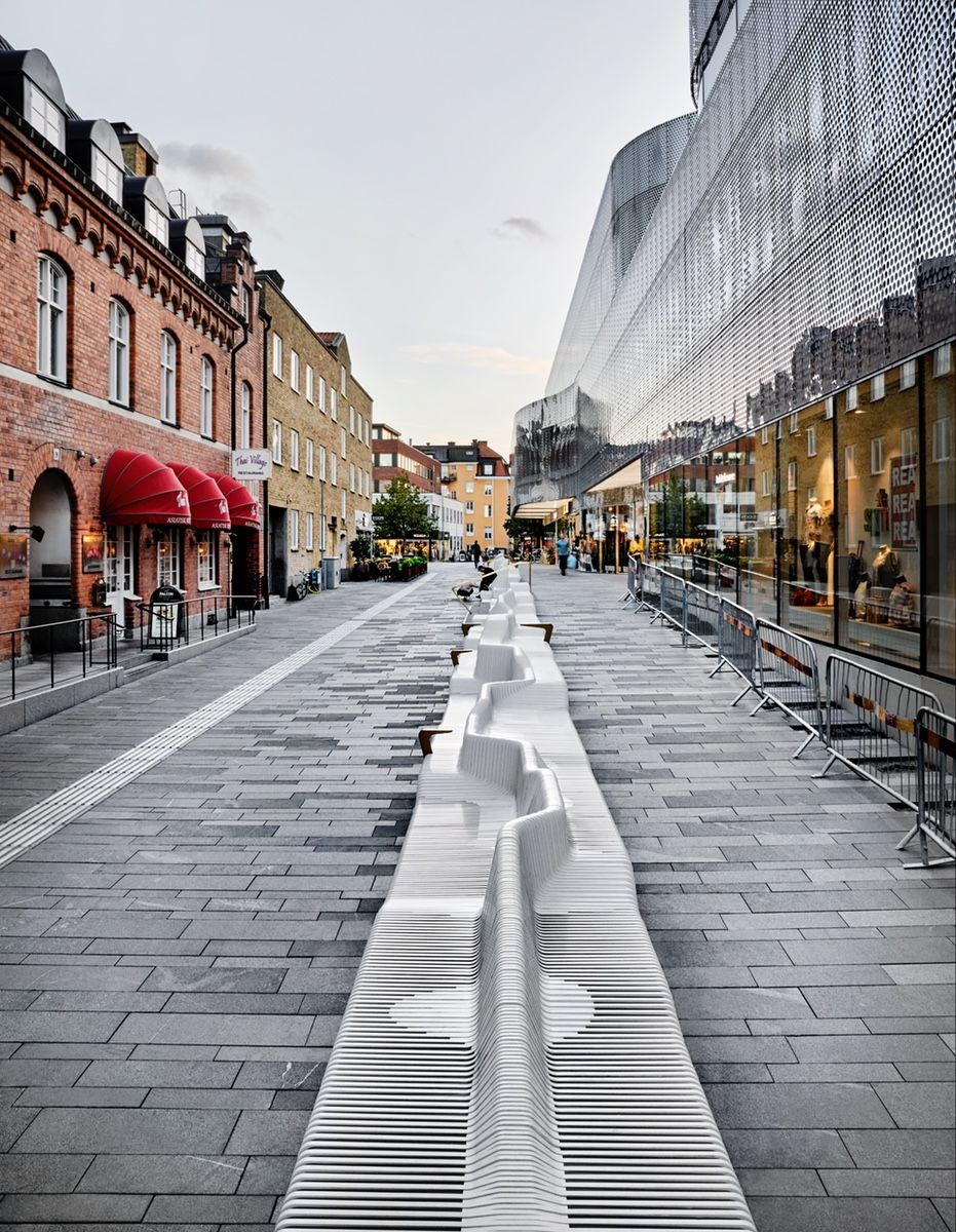 "An Outdoor ""Sofa"" Animates a City Square in Uppsala, Sweden| azuremagazine.com #paisajeurbano"