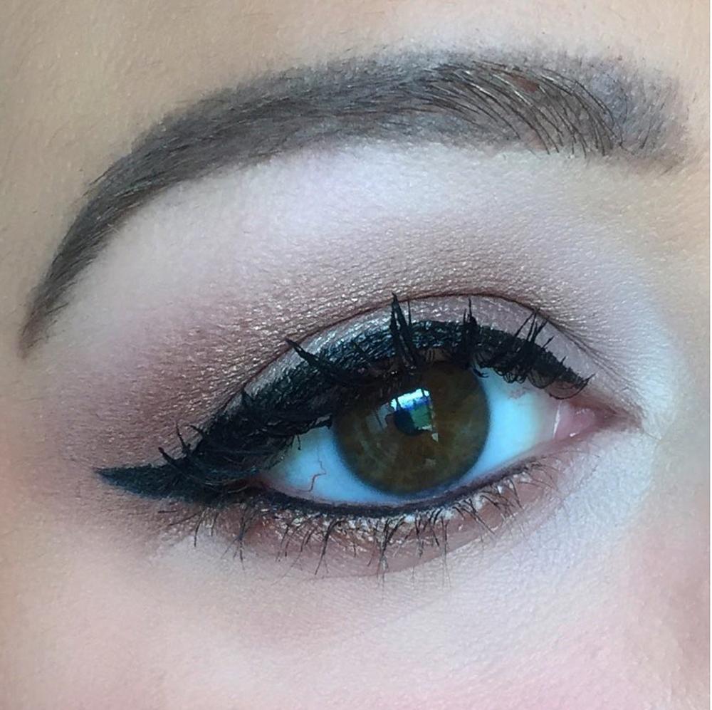 Neutral winged liner eye look using IT Cosmetics Superhero Liner, Mascara & Eyeshadow Palette #Wingedliner #wingedliner