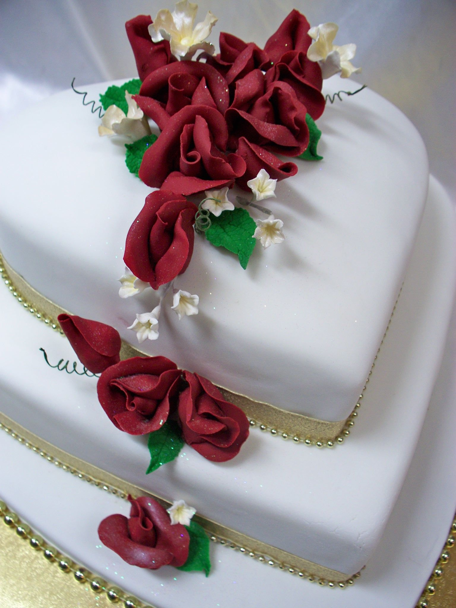 Red roses 2 tier heart shaped wedding cake Best wedding Cakes in ...