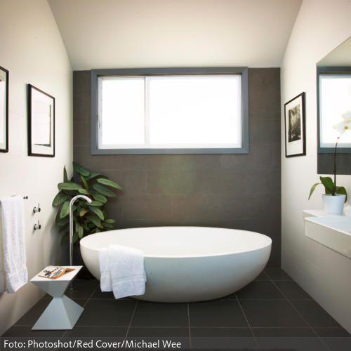 Runde freistehende Badewanne mit freistehenden Armaturen | roomido ...