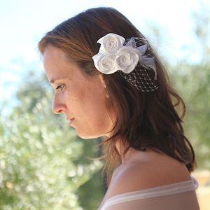#Haaraccessoire van roosjes #bruid #bruidskapsel #weddinghair #bride / www.witenzilver.nl
