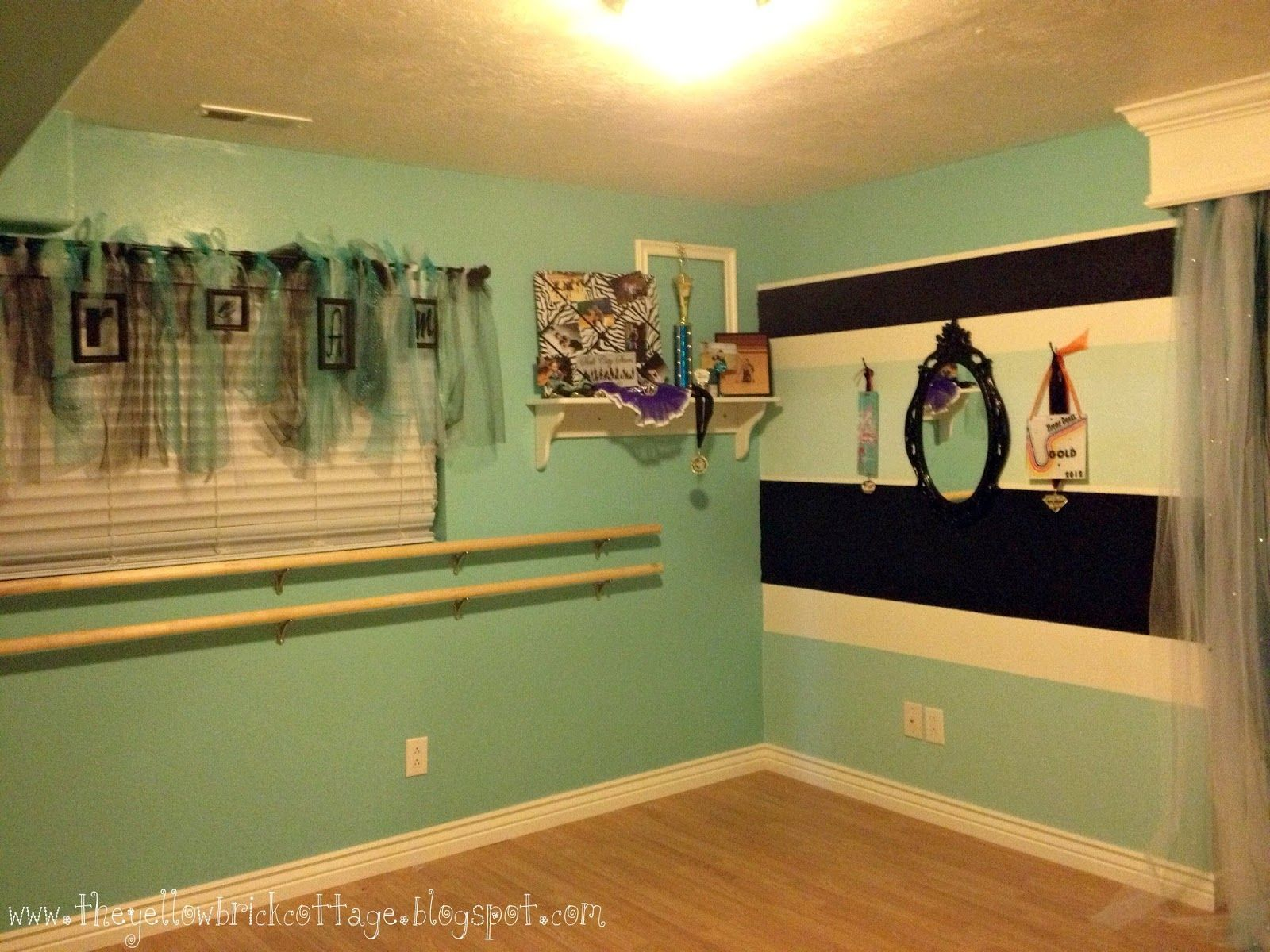 Build a dance studio in her bedroom really cute idea for for Studio bedroom ideas