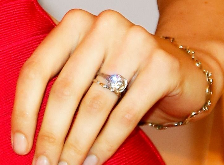 Behati Prinsloo S Engagement Ring From Adam Levine 5 Rings