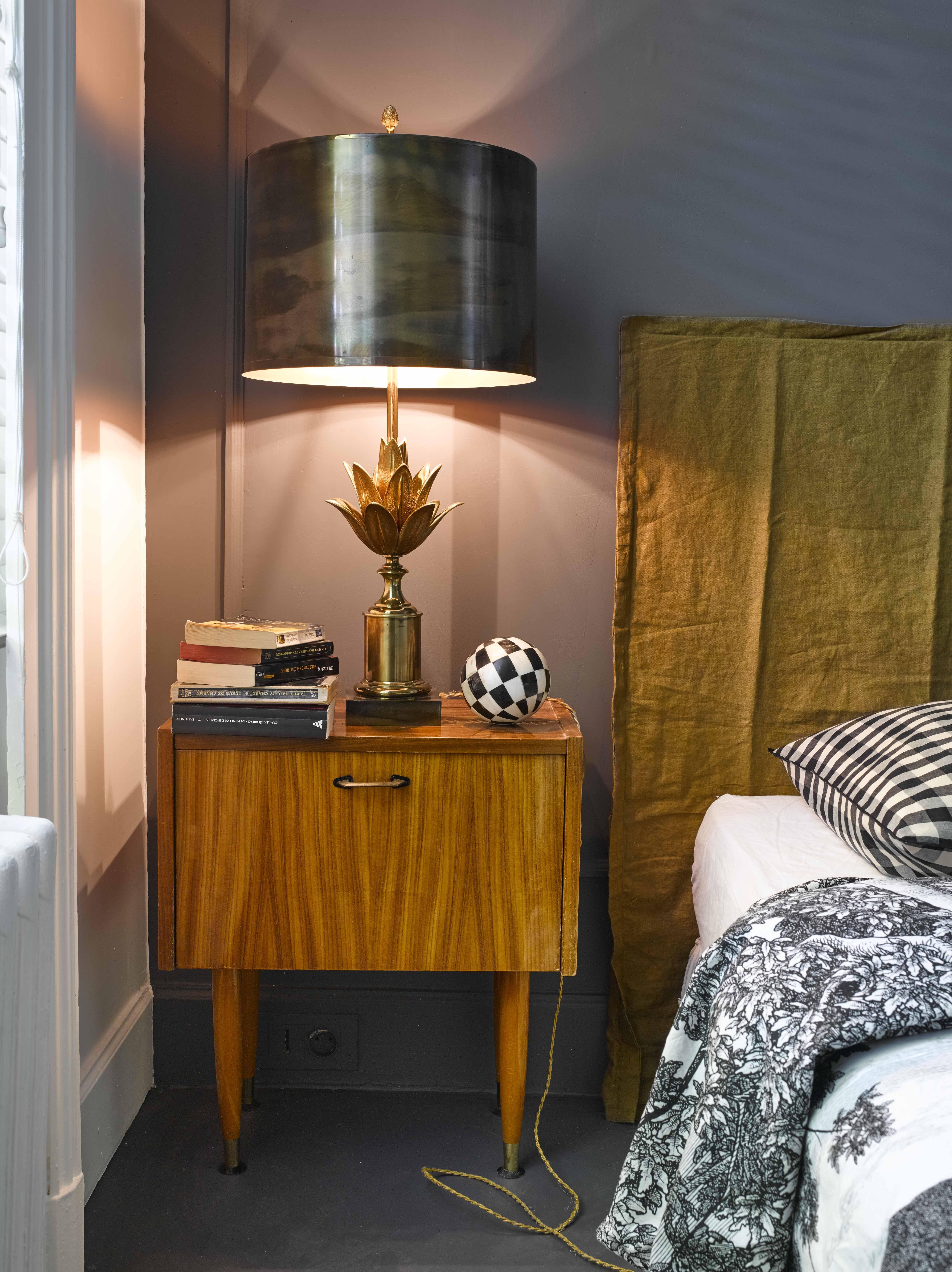 petit chevet 50 39 s en acajou blond lampe ananas en bronze patin et t te de lit en lin froiss. Black Bedroom Furniture Sets. Home Design Ideas