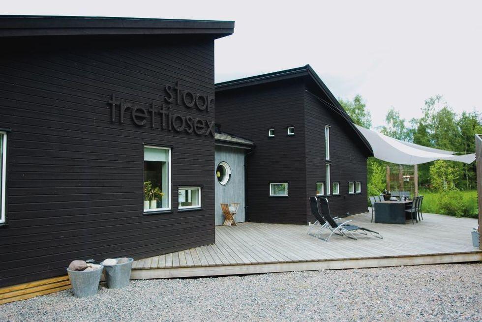 Holzfassade Schwarz black is beautiful stülpschalung mit profil in schwarz douglasie