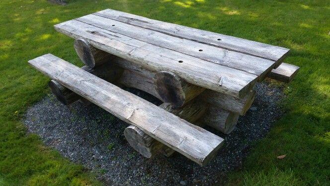 Bænke-bordsæt i rå træmateriale