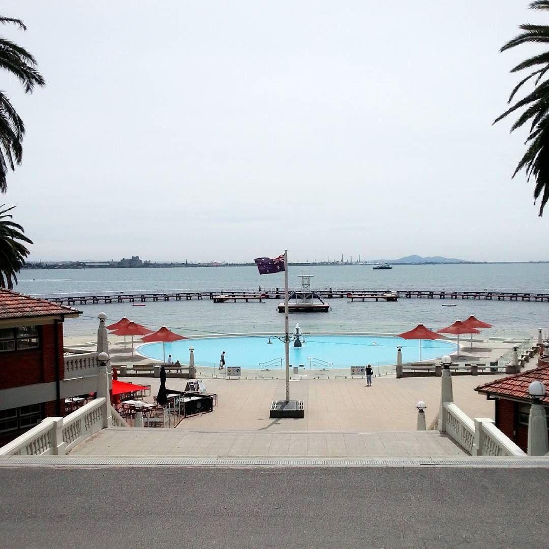 바다를 막아 수영장을 만든 #easternbeach  가운데 작은 수영장은 아이들용. 수영하고 싶었는데 평일 낮이라 그런가 이용하는 사람이 없어서 괜히 뻘쭘해 보기만 했다. 아쉽.. #Geelong #Melbourne 근교여행 by _jia_c http://ift.tt/1JtS0vo