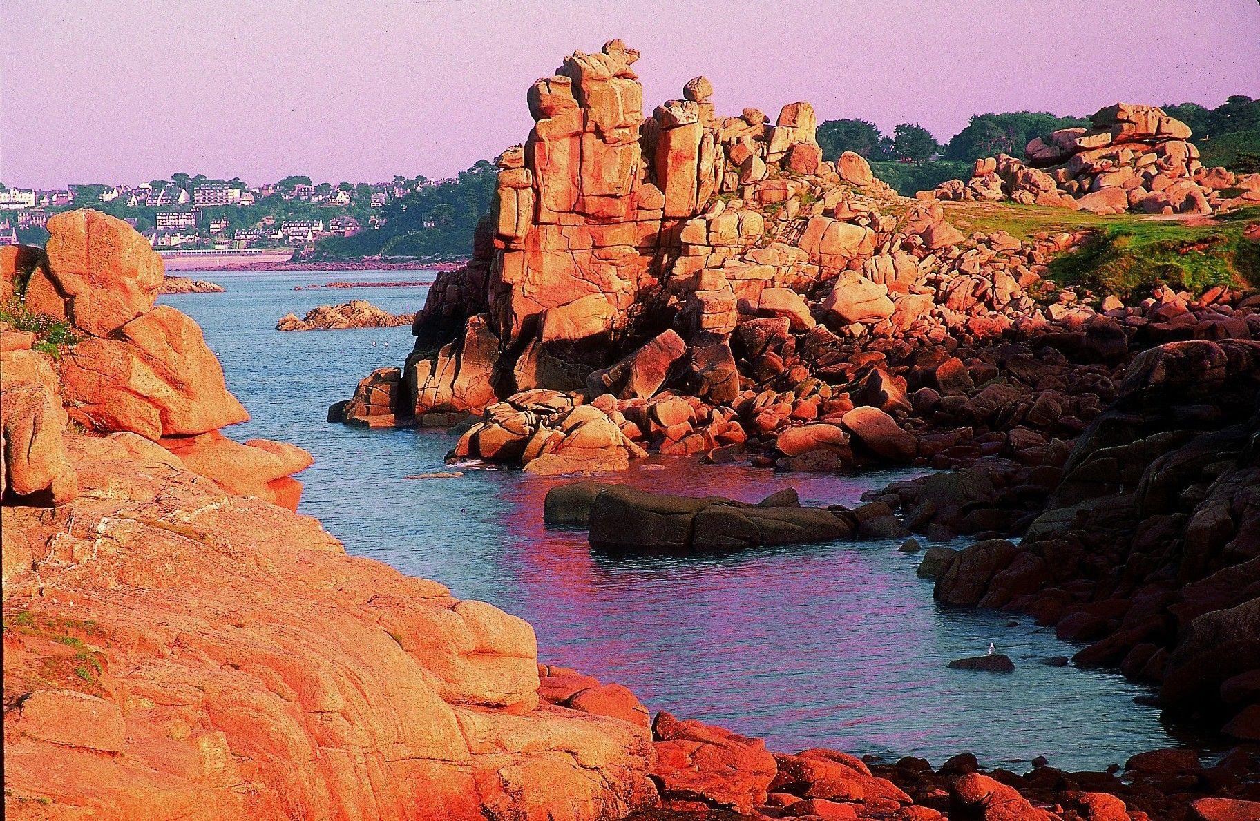 La Cote De Granit Rose Bretagne Lannion France Sejournez Dans Nos Residences Hotelieres Cerise Et Paysage Insolite Paysage France Bretagne