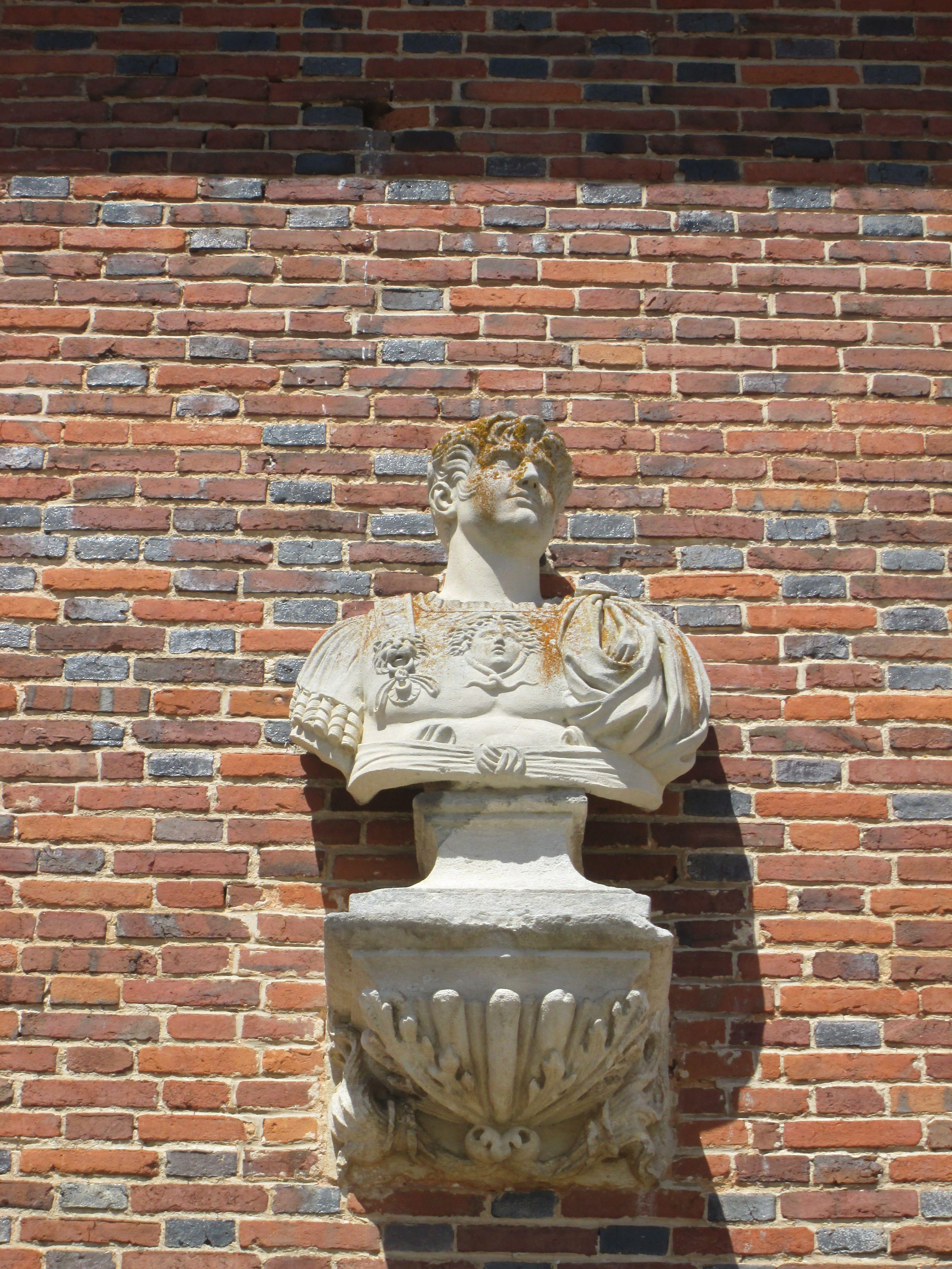 Chateau du Champ de Bataille: l'un des bustes d'empereur romain placés sur la façade de briques, à l'image de ceux que l'on retrouvera plus tard dans la cour de marbre de Versailles.