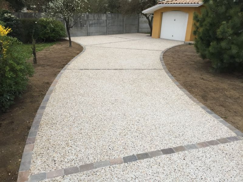Confection d 39 une all e en b ton d sactiv sur carbon blanc - Descente de garage en beton desactive ...