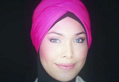 Beberapa wanita berhijab masih suka mengkreasikan scarf untuk dipakai saat renang. Berikut tutorial hijab turban tanpa jarum yang cocok dipakai untuk