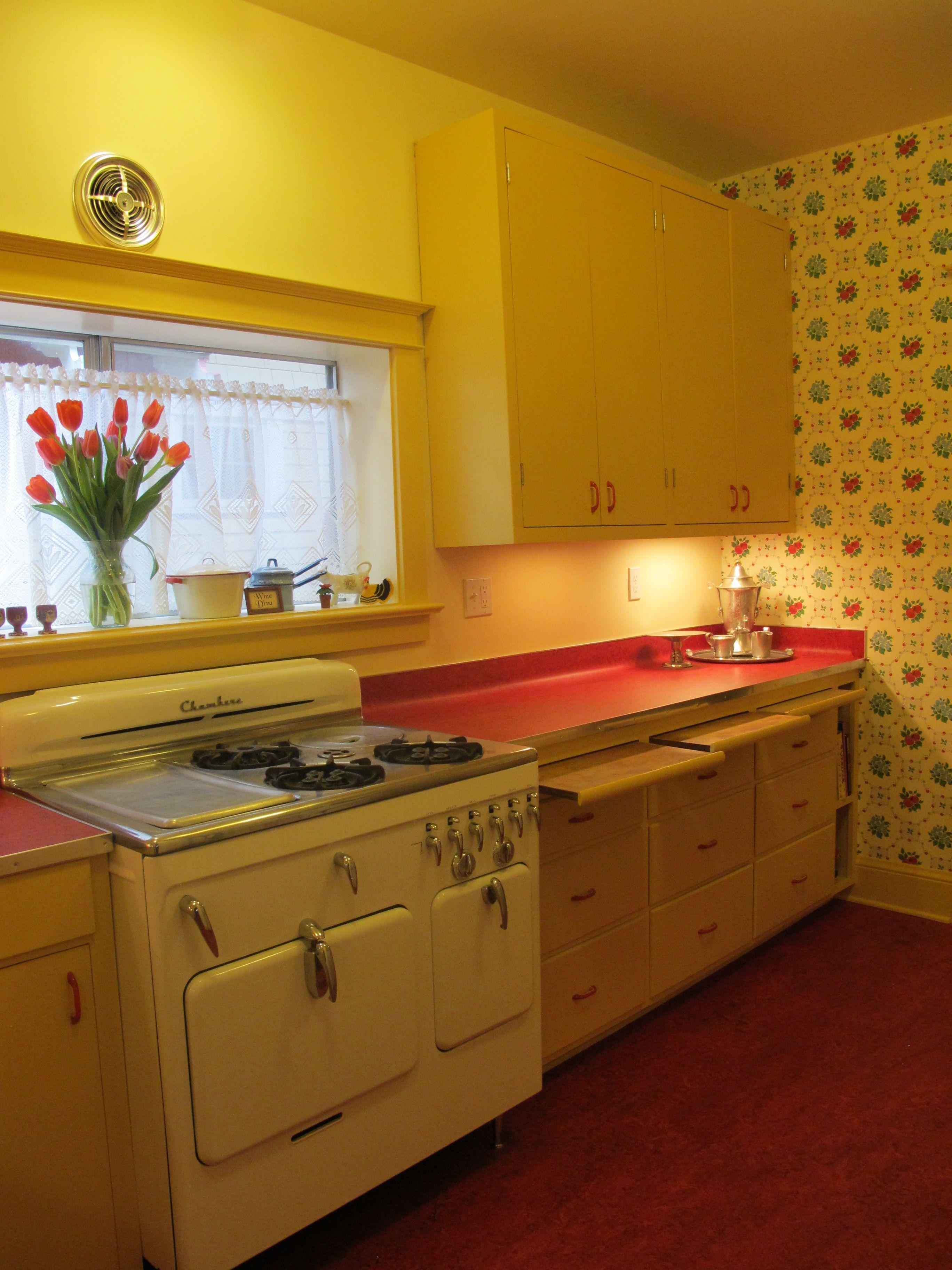 Retro kitchen with Apple Betty wallpaper from Bradbury & Bradbury