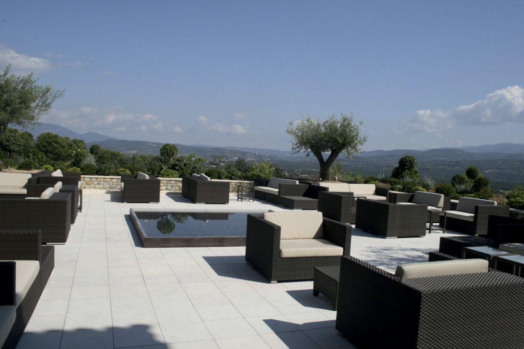 Optez pour une terrasse lumineuse en pierre naturelle Cèdre Gray - pave pour terrasse exterieur