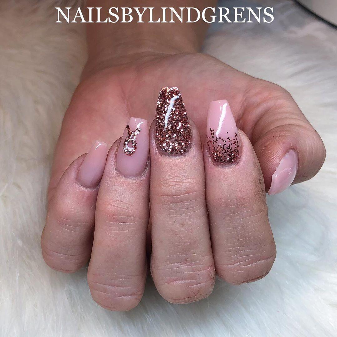 rosa bandet naglar