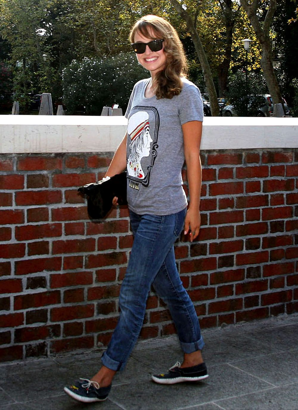 859f420869 Natalie Portman making jeans and a tshirt look adorable | Inspiring ...