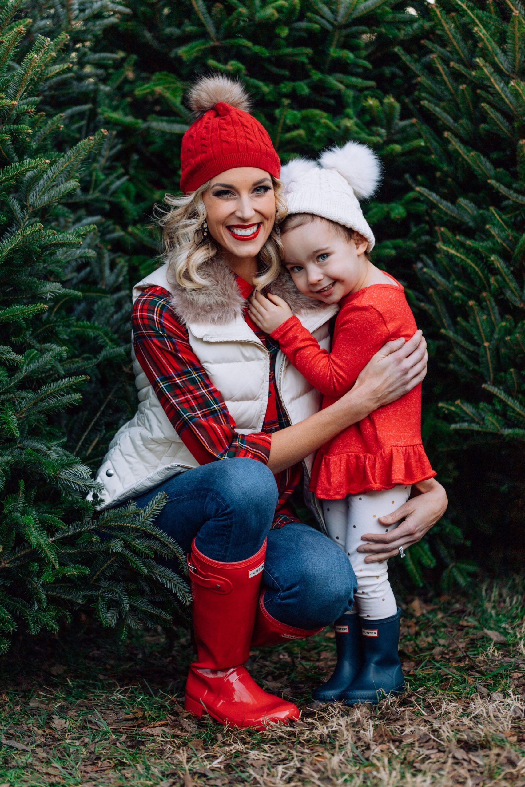 What To Wear For Family Christmas Tree Farm Photos Straight A Style Christmas Tree Farm Christmas Tree Farm Photos Family Christmas Outfits