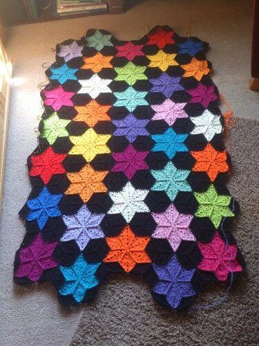 Zwarte gehaakte quilt met kleurrijke sterren - fase 1 klaar - #black #crochet #quilt with colourful #stars -stage 1 finished