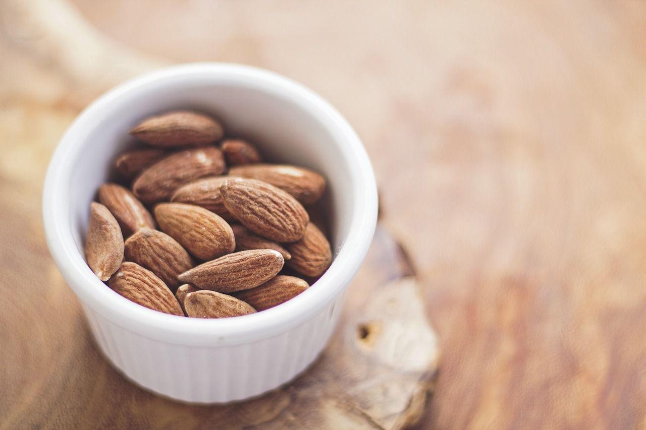 Las almendras aportan energía, vitaminas y minerales que nuestro cuerpo necesita para funcionar. Se recomienda comer un puñado al día.
