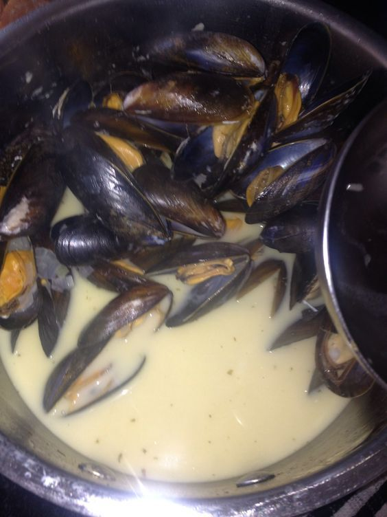 How to Make Mussels in White Wine and Garlic Butter Sauce