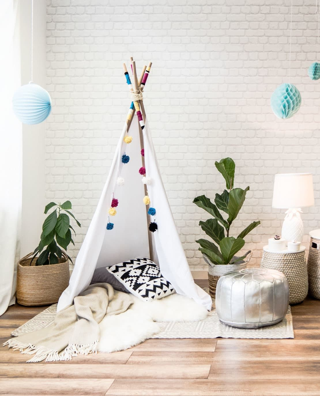 It's tipi time! In the DIY video is shown how you can make this at home. Not only for kids though.