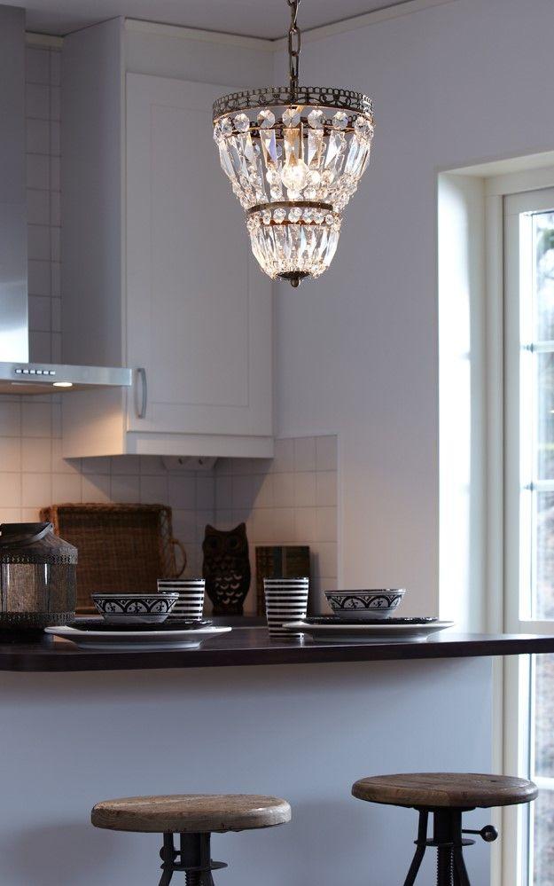 Ein Bisschen Glitzer In Der Küche? Dieser Kleine Kristall Kronleuchter  Reflecktiert Das Licht Durch Viele Glaselemente