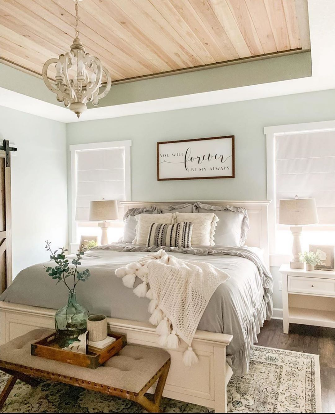 F A R M H O U S E || What do you all think of this bedroom by @remingtonranchfarmhouse? #smmakelifebeautiful #farmhouse #southernliving…