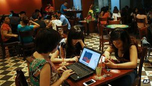 A controversial law banning Vietnamese online users from discussing current affairs has come into effect.