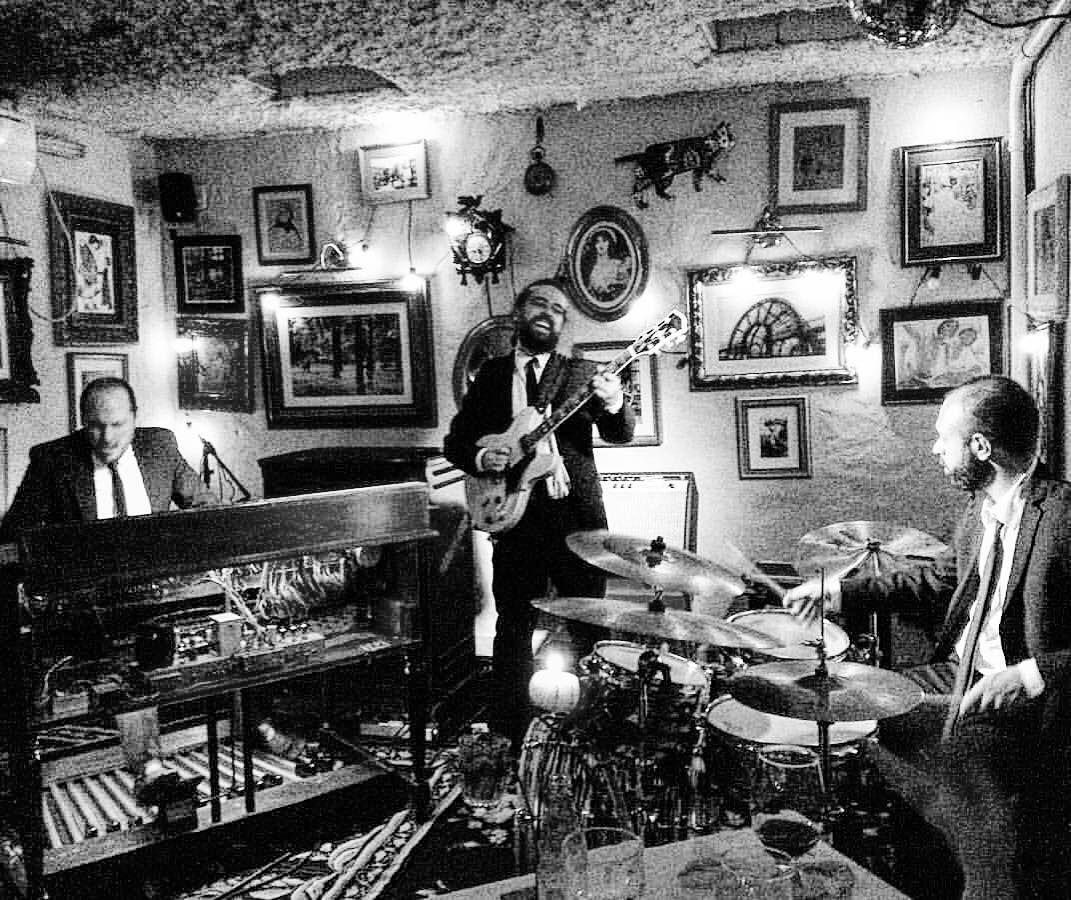 Quintas Hammond Grooves no @bistrosruella #pinheiros. Pontualmente às 21h. Só delícias! #hammondgrooves #jazz #organtrio #musica #gastronomia #jazzorgan #comidasaudavel #comidadeverdade #musicaboa #hammondb3 #guitarra #bateria #hellskitchenbrasil #hellskitchenbr #ruella #restaurante #bistrô #hammondgrooves #aconchego #vinho #dahoui #amizade #cozinhasaudavel #jazztrio #prazeres