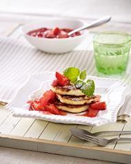 Quarkküchlein mit Kompott von Erdbeeren und Rhabarber