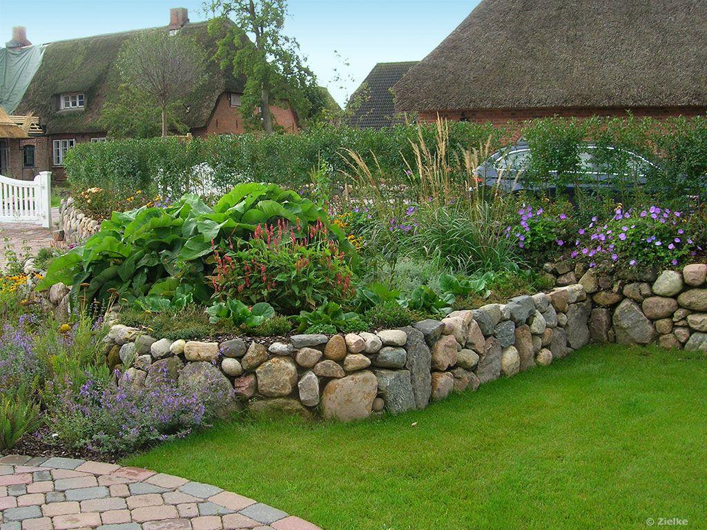 Garten mit friesenwall und beet garten gestalten for Gartenplatz gestalten