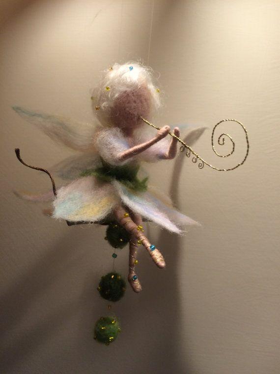 Das Kleid und Flügel bestehen aus Wolle ist sehr sanft farbigen Schattierungen. Sandalen von golden Thread mit Perlen gemacht. Die Flöte aus dem Messing-Thread von mir gemacht. Dekor: natürliche Blatt mit Kugeln Filzen.  Die Höhe der Fee (sitzend) ist 13 cm.