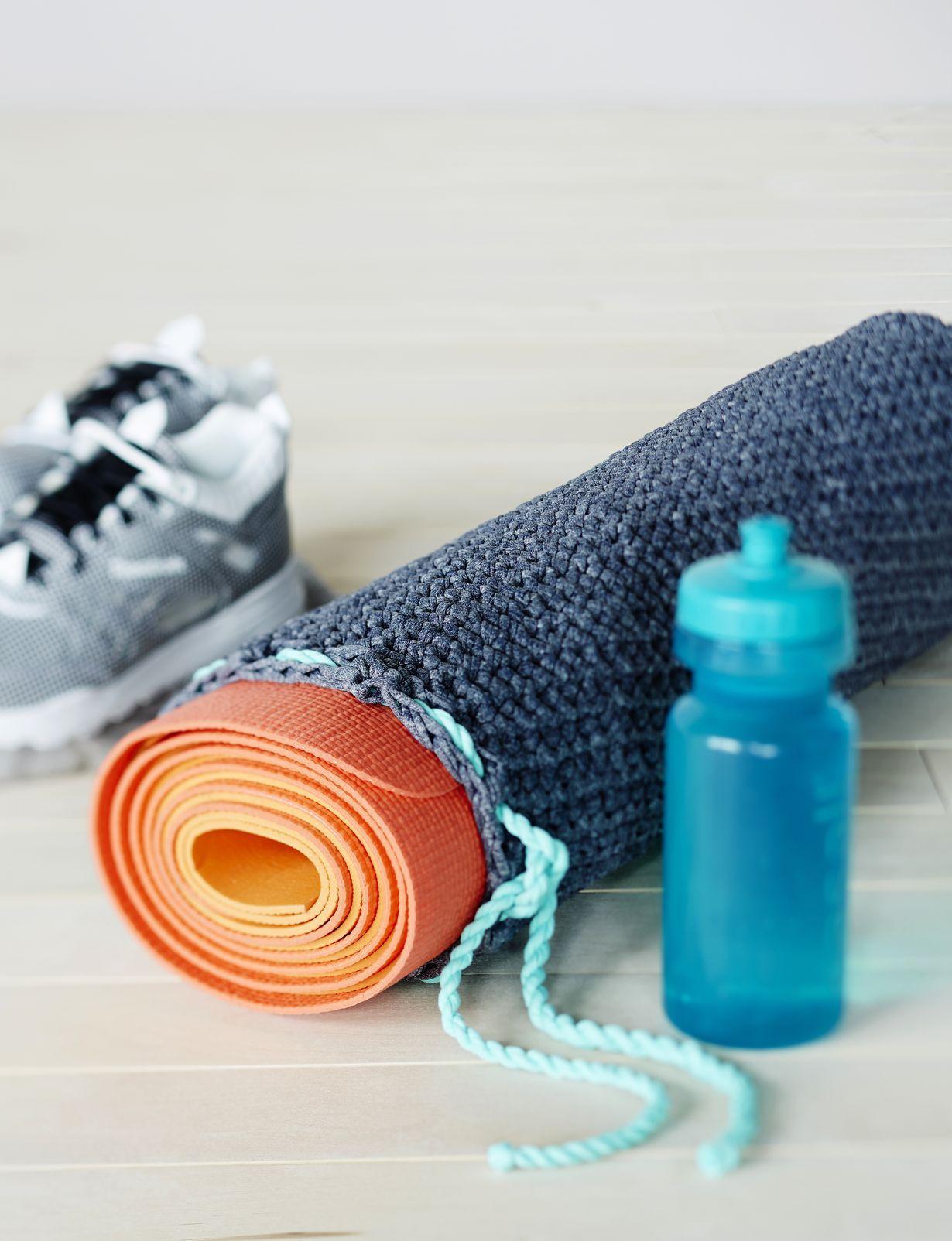 Virkkaa tyylikäs pussi, jossa voit säilyttää jumppamattoa tai putkirullaa.