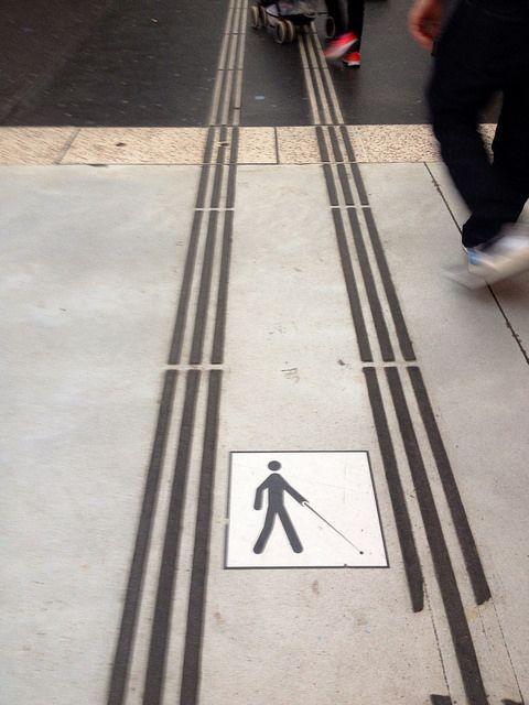 Bandes podotactiles et cheminement pour personnes aveugles.(Droits: Jean-louis Zimmermann, CC BY 2.0)