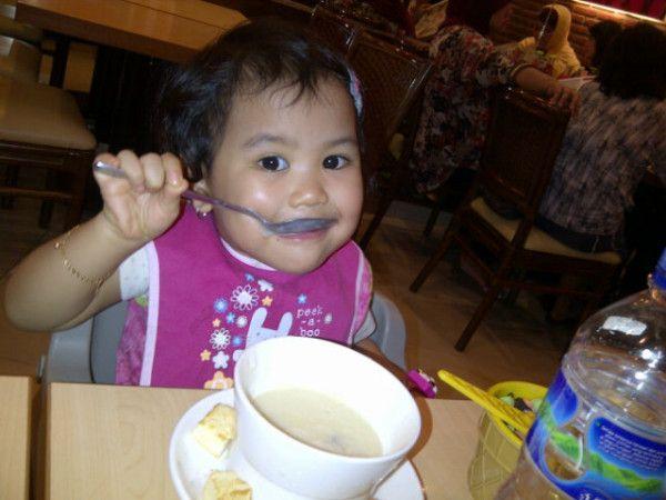 @mrsSupra: Nayyara sudah pandai makan sendiri dan ga mau disuapin lg yg #BikinHidupSehidupnya