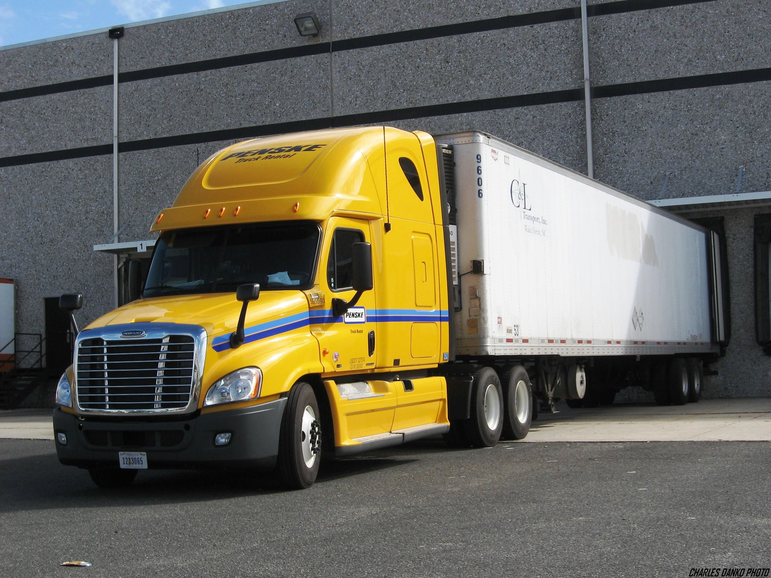 Freightliner Penske With Images Freightliner Trucks
