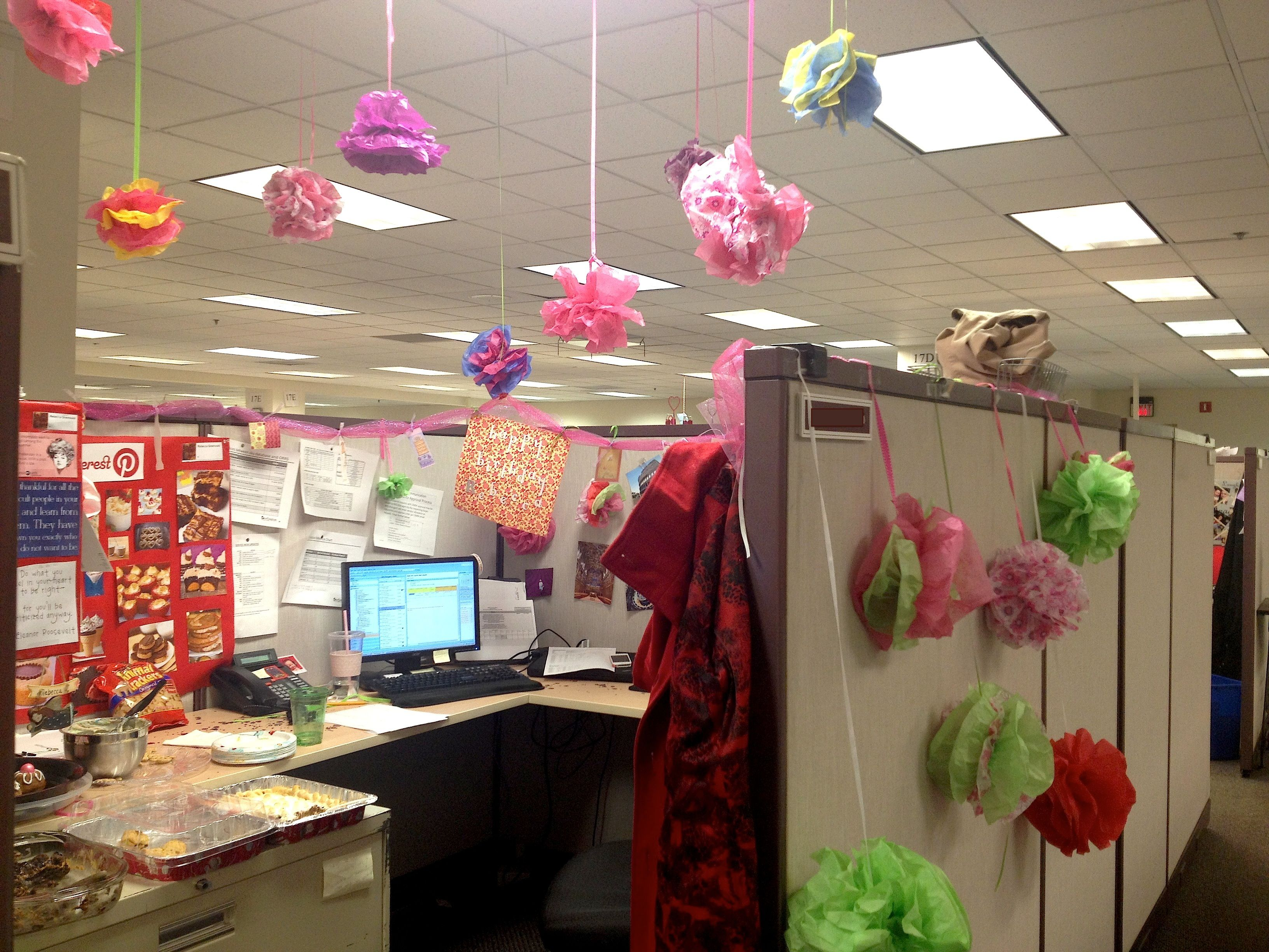 An employee39s office decorated for their birthday using for Decorated office