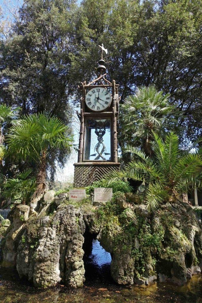 Rom - Historische Wasseruhr im Park Villa Borghese.