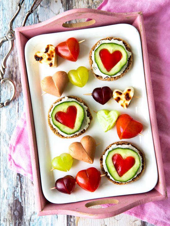Perinteisiin cocktailpaloihin saa romantiikkaa leikkaamalla aineksista sydämiä! Tämä kattaus on helposti sovellettavissa myös kasvisruokavalioon.