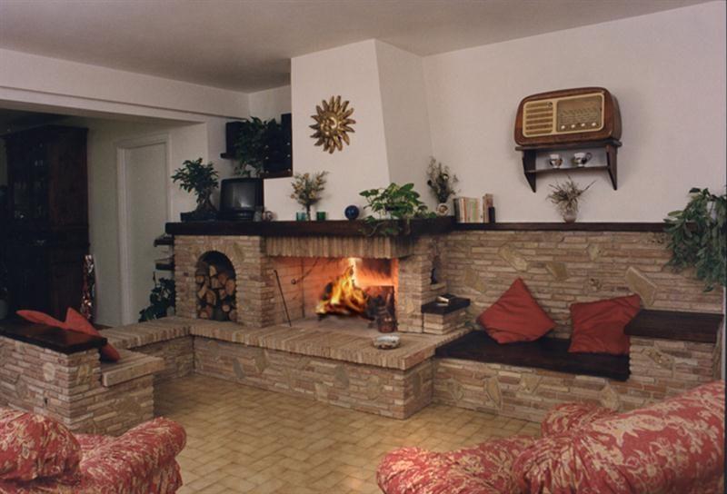 Camini rustici, lavorazione artigianale con pietre, mattoni e legno  CAMINI ...