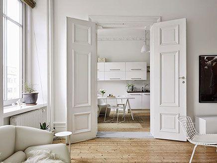 Authentieke Details Woonkamer : Scandinavische woonkamer met authentieke nieuwe details deuren