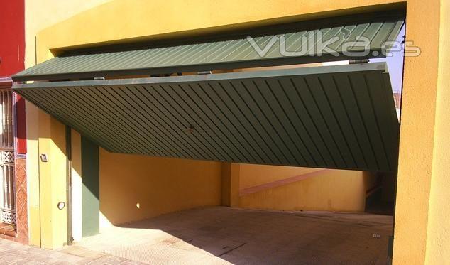 Garaje Basculantes : Puerta basculante 1/3 de contrapesos formada ...